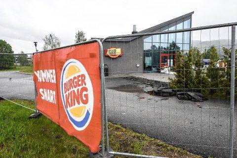 KOMMER SNART: 28. juni åpner Burger King langs E134 på Notodden. Foreløpig er det bare skilt på gjerdet som varsler endringen. Foto: Beate Evensen
