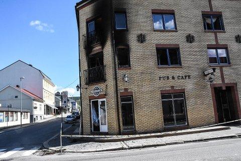 AVSTENGT: Det brannrammede bygget er avstangt og bevoktet av politiet inntil kriminalteknikere får gjort sine undersøkelser.