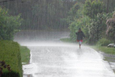 KAN ØSE NED: Meteorologisk institutt melder om kraftige regnbyger og torden søndags ettermiddag og kveld. Foto: Ralf Haga