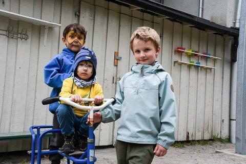 HÅPER: Darius Joel Norgren (f.v.), Adrijus Ambruzejus og Einar Andersen håper de snart får sparkesykkelen og trehjulssyklene tilbake. Foto: Mari Nymoen