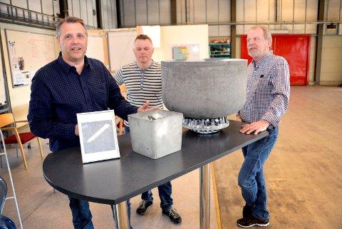 PAKKER SAMMEN: - Vi er i ferd med å demontere og pakke ned alt utstyret nå, sier daglig leder Jan Sandmo i Steuler Solar Technology AS på Herøya. F.v.: Rune Roligheten, Jan Sandmo og Halvard Sælid.