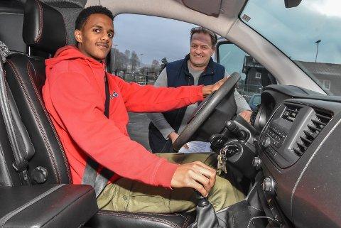HÅP: Drømmen til Yared Seifu er å ikke være avhengig av andre. Førerkortet håper han på, og øvelseskjøringen er i gang. Men uten pass - ingen førerkort.