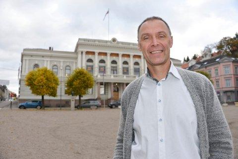 INHABIL: Kommuneadvokaten anbefaler at KrF-politiker Erik Næs erklærer seg inhabil i fordi han er vara til styret Ibsenhuset AS.- Dette vil i tilfelle være ny praksis, sier Næs som vil drøfte dette med andre partier.