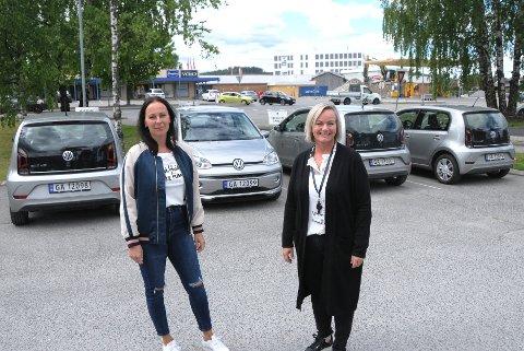 DET FUNGERER: - Vi kjører miljøvennlig, og det fungerer helt flott, sier enhetsleder Veronica Bomodden i Skien kommune. På bildet står hun sammen med ansatt Cathrine Løberg og de fire biogassbilene.