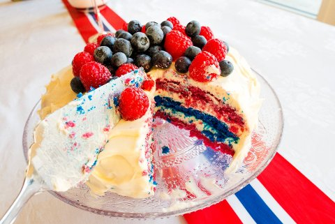 KAKER: Skal du bake kaker, eller kose deg med is, brus og god mat på 17. mai er det lurt å velge rett butikk - om du vil spare mest mulig penger. Foto: Gorm Kallestad (NTB scanpix)