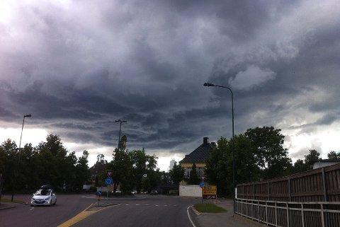 MØRKE SKYER: Det blir både mørke skyer, men også perioder med fint vær de kommende dagene