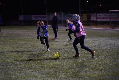 TRENER GODT: Odds Ballklubb kvinner, her ved Aurora Wallestad, Hanna Moen og Synne Usterud Høiseth fra fjorårets vinter, trener mye og godt, og er på nivå med flere av Toppserien-lagene.