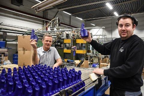 STRÅLENDE: De hadde et strålende år i fjor. Daglig leder  Torbjørn Småkasin (til venstre) og ansatte Steinar Flaathen i Norsk Formblåsing på Tuven er fornøyd med rekordåret. (bildet er tatt i 2020)