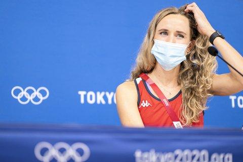 Friidrettsutøver Hedda Hynne under et pressemøte i deltakerlandsbyen under OL i Tokyo.