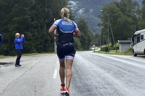 TAPPER: Nina Tveten ute på den avsluttende løpedelen opp til Gaustatoppen. – Løpebeina fungerte godt, kunne Tveten fortelle etter vel gjennomført Norseman 2021.