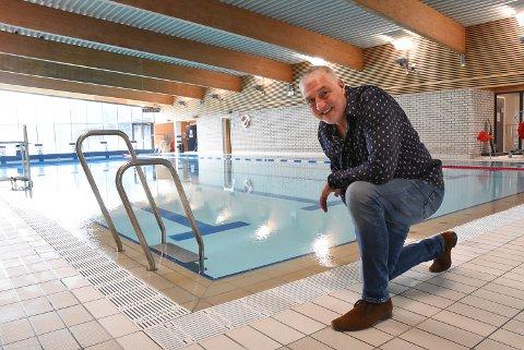 STENGT LITT TIL: - Jeg forstår godt at noen er utålmodig etter at Tinfos bad skal åpne igjen etter sommeren, men det er veldig krevende å holde en svømmehall ved like og i gang, så det som må gjøres, må gjøres, opplyser virksomhetsleder Thor André Hauge.