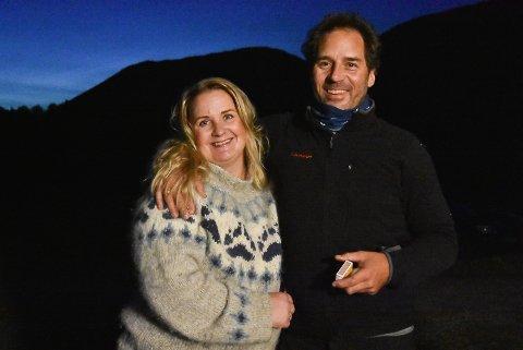 BYGDEAMBASSADØRER: Solvor og Erik Mowinckel Småkasin i Sauland reklamerer for bygdelivet så fort de får en sjanse. Nå er flere vennepar på leting etter et steder å flytte til i øvre Telemark.