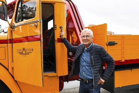 FORNØYD: Harald M. Nilsen er svært fornøyd med resultatet. Selv logoen på døren er original.