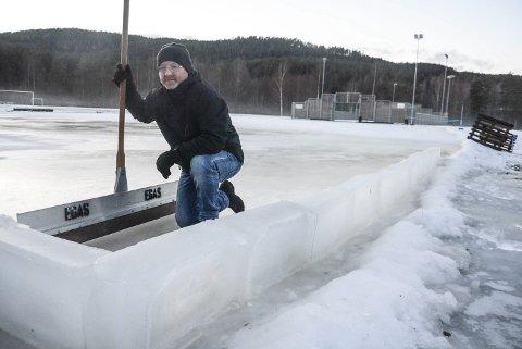 Islegger: Bjørn Sverre Nilsen fikser skøyteis i Lisleherad. Nå ligger en flate på 35x50 meter klar til bruk – for hele kommunens befolkning.