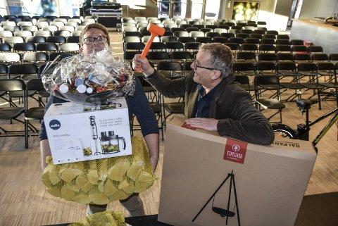 Årets julegave: Ruben Kvålseth (t.v.) og Jens Marius Hammer skal auksjonere bort varer og opplevelser til mer enn 150 000 kroner dagens auksjon i Bok & Blueshuset. Alle inntekter går til Årets Julegave.