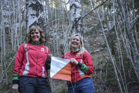 Nye koster: Heidi Schatvet og Britt Fossøy har overtatt ansvaret for turorienteringen til Notodden orienteringslag. I år som i fjor – det er 60 poster «gjemt» rundt i Notodden-terrenget.