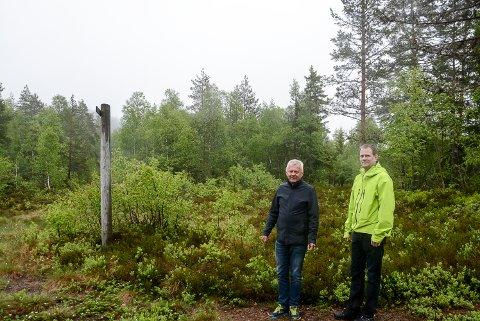I  bakgrunnen her kommer det ny skiskytterarena på Grønkjær skisenter. Terje Bakka (t.v) og Arve Særsland.