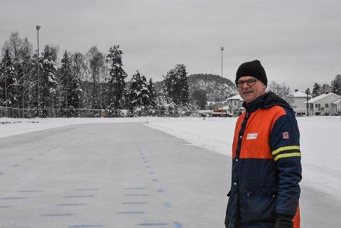 SNØGG SKØYTER: Skøyteisen på den store banen på sport er klar! Leder i Snøgg skøytet, Harald Sandvik, ønsker både store og små skøyteløpere velkommen.