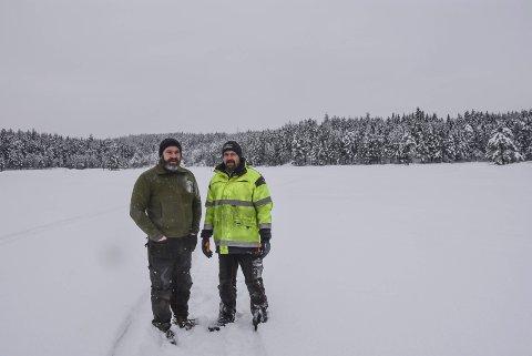 Tryte (Abbor): Her på Grotbæk-isen skal det trekkes opp fisk i dag. Lars Olav Kaste (t.v.) og Arve Berntsen nærmest garanterer fast fisk for dem som vil delta på dagens pilkekonkurranse.