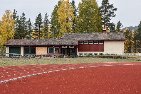 Klubbhuset på friidrettsbanen er i forfall utvendig. Nå vil Snøgg Friidrett ta ansvar for å redde garderobebygget,  som ble satt opp i forbindelse med NM på skøyter i 1958.