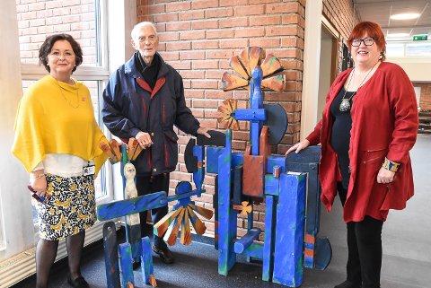 UTSMYKKING: Rektor Nina Ødegaard Flåten, kunstner Axel Mørch og Bitten Schei er fornøyd med at skulpturene både gleder elevene på Sætre og skaper skoletilbud for jenter i Uganda.