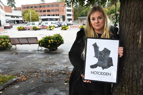 FYLLER OPP TORVET: Siri Aardalen, leder i Notodden i Sentrum, gleder seg til stort høstmarked lørdag. Der skal hun selge den nye Notodden-plakaten.