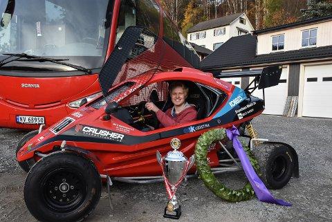 Thomas Eek Murstad på plass i sin nye crosskart. Laurbærkransen og pokalen ble vunnet i Danmark i år.