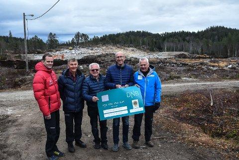 GLADE: Pengesjekken ble overrakt fredag, og pengene er på konto. Fra venstre Arve Særsland og Arild Mostue fra prosjektgruppa bak storutbyggingen, Bjarne Bakken og Einar Steinmoen fra Lions Notodden - og prosjektleder Terje Bakka.