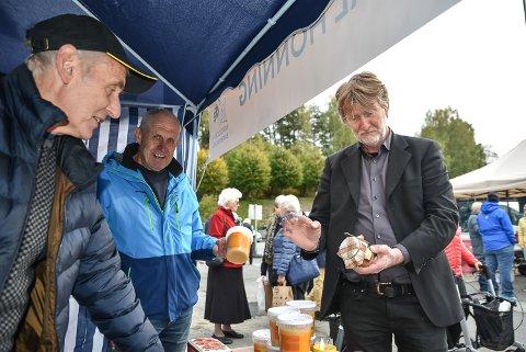 For Odd Hansen (t.h) er honning om morran like viktig som kaffe. I dag fikk han kjøpt seg lokal honning av Arne Slaaen t.v) og Arnulf Rulnes.