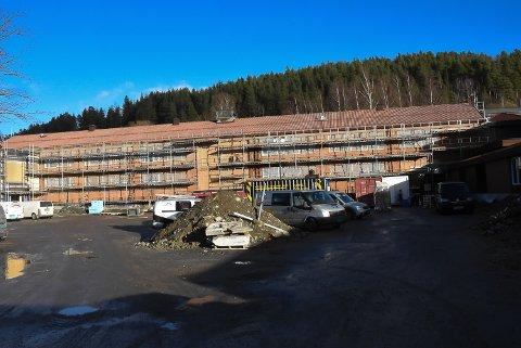 ØDELAGT: Gulbygget Notodden ungdomsskole. Hele teglsteinfasaden var ødelagt.