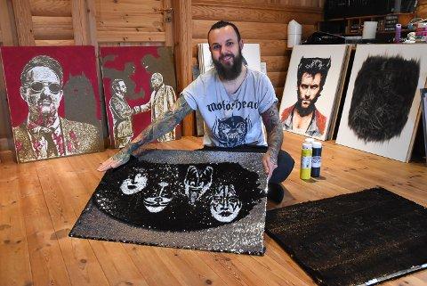 GLITRENDE KUNST: Dino Tomic jobber stadig med nye materialer. For 10 år siden hadde han neppe trodd at han kom til å male på paljetter.