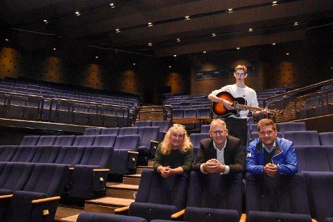 Trym Hagalia (bak), Kari Myrene, Jens Marius Hammer og Trond Arne Opsahl håper på fullt trøkk i teateret når Årets Julegave-aksjon åpner med arrangement 4. desember.