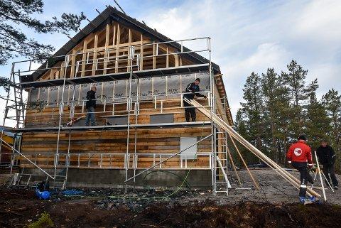 Breiset og omegn Løypelag setter opp nytt bygg for sin maskinpark. Roy Åge Hansen (t.v), Tom Kjærsgaard, Magne Hjukse og Peder Alfred Rønning.