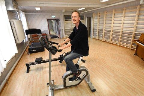 NYTT TILBUD: Martin Bergersen i fysio- og ergoterapitjenesten i Notodden kommune håper mange benytter seg av det nye treningstilbudet for mennesker med kols.