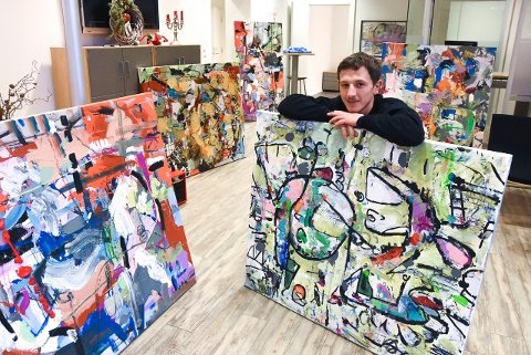 VISER FREM: John Petter Kleppen er klar med ny, kort popup-utstilling i Notodden sentrum. Denne gang ved Torvet.