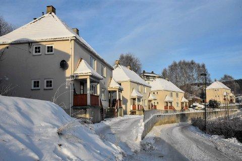 FIRE: 5-raderen var en gang arbeiderboliger til Hydro. I dag står fire av disse bygningene igjen i Hvålagata.