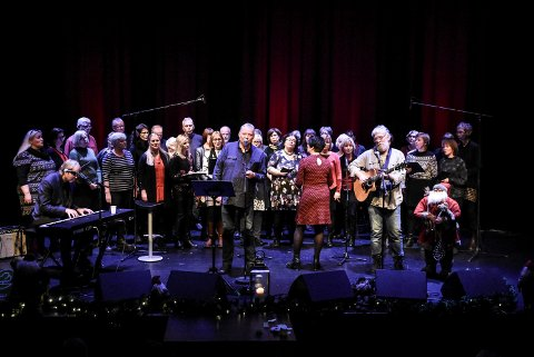 BIDRO:  Norske Menn i Hus og Hytte, sammen med Notodden Visekor bidro under finalen av arrangementer til inntekt for Årets Julegave.