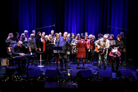Norske Menn i Hus og Hytte, sammen med Notodden Visekor avsluttet konserten i Notodden teater.