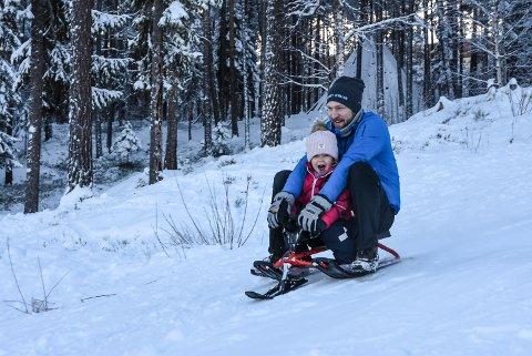 FART: Enea og Espen Blomhaugen i full fart nedover.