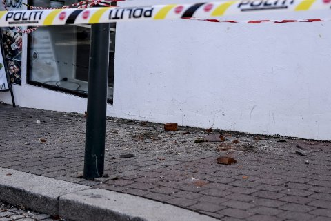 FORTAUET: Politiet sperret av deler av Aasmund Vinjes gate og fortauet.