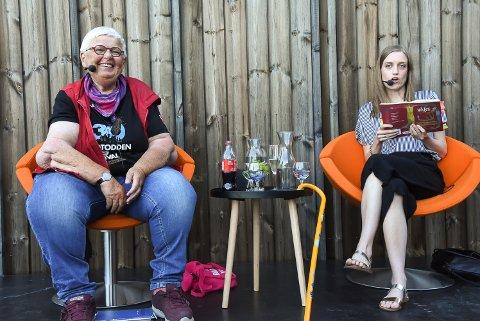 """BEGEISTRET: Ragnhild Kraugerud presenterte diktboken """"Vårs"""" og koste seg da forfatteren leste flere av diktene."""