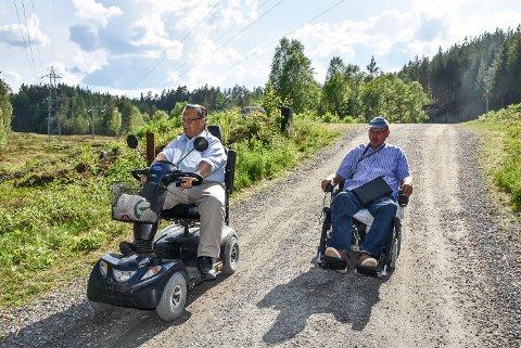 Dag Nilsen og Roy Johnsen har i år meldt seg på Tinnemyra Rundt. De to kompisene tilbringer mye tid ute med sine elektriske rullestoler.
