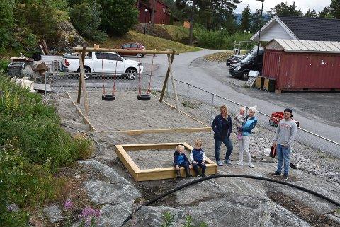 Mariell Kristoffersen, Silje Charlotte Velta og Michael Omre foran den tilsynelatende ferdige leikeplassen.