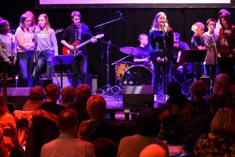 I rampelyset: Tirsdag er det klart for en ny bandkonsert med kulturskolen. Her en gjeng på scena under vårens konsert. (Arkivfoto: Beate Evensen).