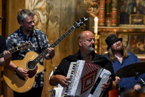 AKUSTISK: J.T. Lauritsen & The Buckshot Hunters sparket igang årets bluesfestival i Heddal Stavkirke.