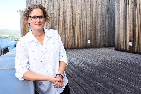 ANNERLEDES KINOOPPLEVELSE: Kinosjef Hilde Hem rigger til for utekino på takterrassen før helgen.