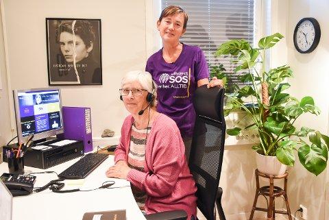 STOR PÅGANG: Mange har kontaktet Kirkens SOS gjennom jula og korona-året. Leder i Kirkens SOS Telemark, Melle Aakenes, oppfordrer folk å ta kontakt. Her er hun sammen med en frivillig. ved en tidligere anledning.