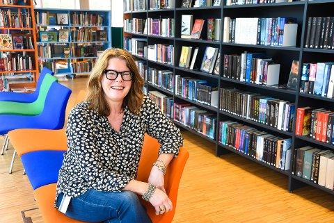 VELKOMMEN: Karen Hagen er glad for at så mange bruker Notodden bibliotek til ulike formål.