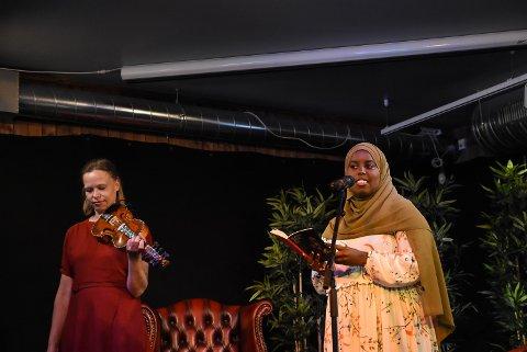 Anne Hytta spilte og Sumaya Jirde Ali leste. De som møtte opp på Herbjørnsruddagen fikk høre sistnevnte lese fra sin nye diktsamling.