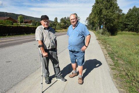 NÅR KOMMER BRUA?: Kåre Tjønnheim og Henrik Bakke mener plassing av gangbrua nærmere rundkjøringen vil løse problemet. Men det skjer jo ingenting.